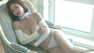 ドエロいドレスの中国ブロンド美女がくびれを見せつけて誘惑